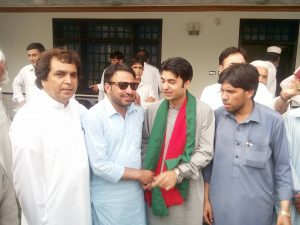 محمد طاہر کا ایم این اے مراد سعید کی ساتھ خوشگوار موڈ میں ایک تصویر