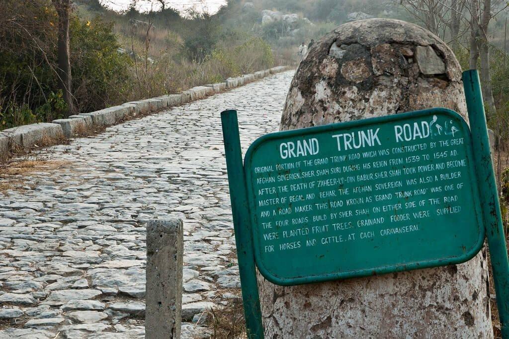 پچیس سو کلومیٹر لمبی مرکزی شاہراہ شیر شاہ سوری کی بنائی ہوئی ہے، جس نے ہندوستان کے بڑے شہروں کلکتہ، بنارس، علی آباد، امرتسر اور لاہور کو جوڑے رکھا ہے۔ اس سے پہلے چھوٹی چھوٹی سڑکیں موجود تھیں، لیکن کچی تھیں۔ آپ نے سڑکیں پکی اینٹوں کے ذریعے پختہ کیں۔