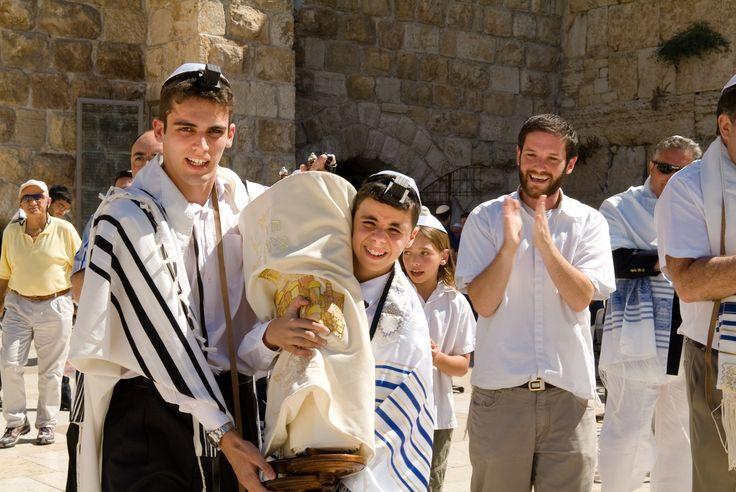 تقسیم ہند کے وقت پاکستان کے علاقوں میں یہودی لوگ تھے، پتا نہیں وہ کیوں اور کہاں چلے گئے؟ وہ تو یہاں کے شہری تھے۔ عام (غیر مذہبی) مضامین؍ خبروں سے معلوم ہوا ہے کہ موجودہ اسرائیلی اور فلسطینی علاقے مسلم عربوں کے ہیں اور ان پر اسرائیل کی ریاست زبردستی قائم کی گئی ہے اور یہودی افواج مسلمانوں کو نشانہ ستم بنا رہی ہیں۔ عرب ممالک کی مشترکہ افواج نے اسرائیل کو مٹانے کی کوششیں کی ہیں، لیکن ناکام رہی ہیں۔ ایران کے خلاف اسرائیل کے سخت بیانات حال ہی کی بات ہیں۔ اب سعودی عرب نے ایران اور قطر کے خلاف ایک خطرناک محاذ کھڑا کیا ہے۔ دوسرے الفاظ میں ''اسرائیلی کاز'' کو تقویت پہنچانے کے لیے (؟) اگر پاکستان اس سے محتاط طریقے پر الگ نہ رہا، تو وطنِ عزیز میں کئی مشکلات پیدا ہونے کے خطرات ہوں گے۔