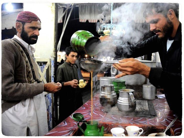 پیغام کو آگے بڑھاتے ہوئے بابا جی کہتے ہیں کہ آپ ہندوستان میں کسی بھی چائے کے کھوکھے پر چلے جائیں۔ وہاں چائے تیار کرنے والا جو روزانہ بمشکل سو ڈیڑھ سو کپ چائے ہی تیار کرتا ہوگا، آپ کو بلاجھجھک بتائے گا کہ وزیر اعظم کو ملک کس طرح چلانا چاہئے؟ اس کے علاوہ زندگی کا کوئی بھی شعبہ ہو، اس پر بحث کرنا اس کے لئے مشکل نہیں ہوگا، یہاں تک کہ کرکٹ کے کھیل پر تبصرہ فرماتے ہوئے چائے والا کہے گا کہ ٹنڈولکر اچھا نہیں کھیلتا، اسے دھیرج رکھ کر کھیلنا چاہئے۔ اگر وہ تھوڑا اور ٹیکنکل انداز سے بیٹنگ شروع کرے، تو زیادہ مقبولیت حاصل کرسکے گا۔ مذکورہ چائے والے کے پاس اپنے تمام کسٹمرز کو نصیحت کرنے اور سب کی زندگی سنوارنے کا کوئی نہ کوئی طریقہ ضرور ہوگا۔ اس کے پاس اگر کوئی گُر نہیں ہے، تو صرف یہ کہ وہ اچھی چائے بنانا نہیں جانتا۔