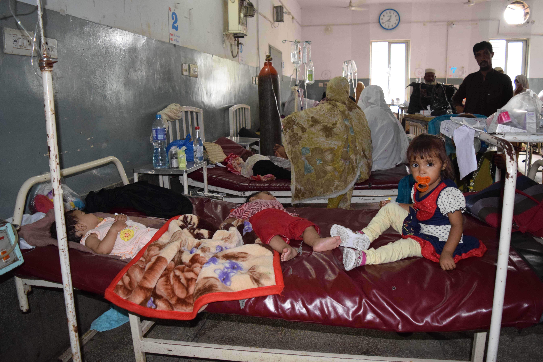 چلڈرن وارڈ میں ایک ایک بسترے میں اکثر تین تین یا چار چار بچے پڑے ہوتے ہیں (عکاسی: امجد علی سحابؔ)