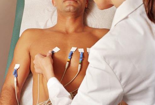 ایک گلاس پانی فالج اور دل کے دورے کا خطرہ ٹالنے میں بھی معاون ہے