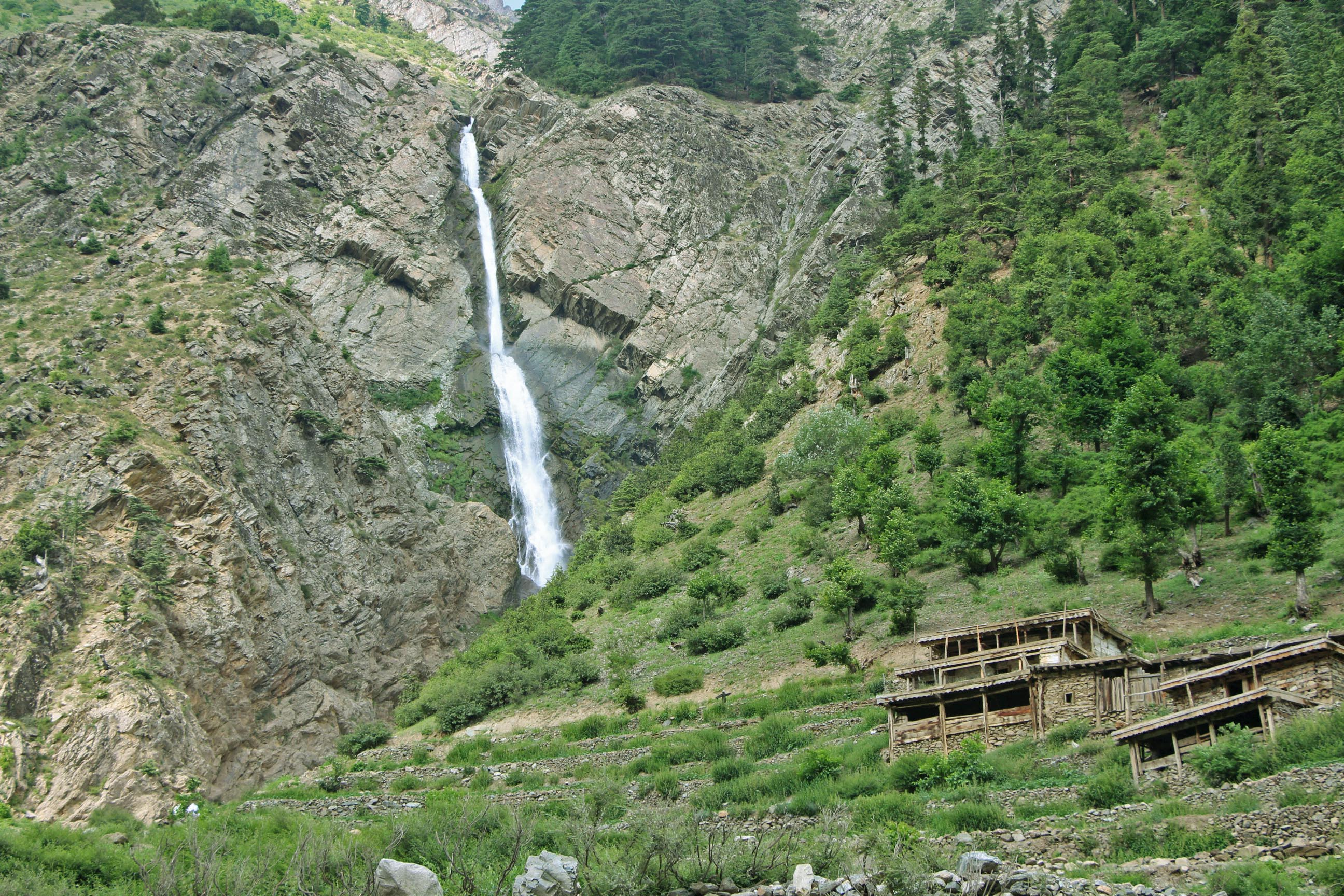مہوڈنڈ جھیل کے راستے میں مٹلتان کے مقام پر آنے والی پاکستان کی بلند ترین آبشاروں میں سے ایک کی تصویر (تصویر: امجد علی سحابؔ)