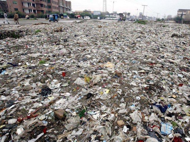 ''ورلڈ اکنامک سروے'' نے اپنی سالانہ رپورٹ میں دنیا کے چودہ شہروں کو فضائی آلودگی کے حوالے سے گندہ ترین قرار دیا ہے اور پشاور کو دوسرے نمبر پر گندہ پایا ہے۔ اُس رپورٹ میں کراچی، اسلام آباد اور راولپنڈی کو بھی ٹاپ کے گندے شہرقرار دیا ہے۔