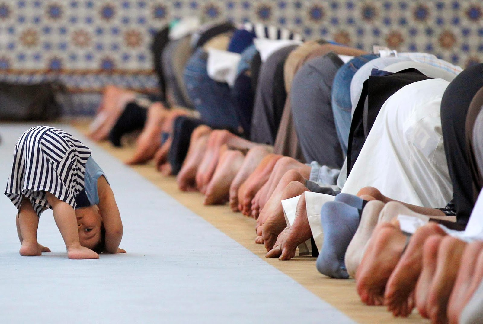 لوگ مسجد تو جوق در جوق جاتے ہیں، لیکن اپنی نماز پہ کم اور دوسروں کے پائنچہ، داڑھی، کالر او ننگے سر پہ دھیان زیادہ دیتے ہیں۔ یہاں کا امام مسجد جمعہ کے خطبے میں استطاعت کو بالائے طاق رکھ کر حج کی فرضیت پہ خطبہ دیتا ہے۔ وہ زکوٰۃ پہ بھی بڑے جذبہ کے ساتھ خطبہ دیتا ہے ، لیکن ساتھ ہی اپنے آپ کو اس کا مستحق بھی گردانتا ہے۔